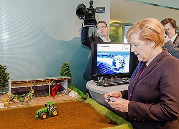 """Bundeskanzlerin Angela Merkel beim Besuch des """"Living Lab"""" des Fraunhofer-Instituts zum Thema """"Smart Farming"""", in dem die Vernetzung verschiedener Agrarprozesse simuliert wird. (C) Fraunhofer IESE"""